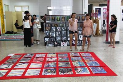 参展的6个单位有:广告设计与制作专业,电脑艺术设计专业,环境艺术设计